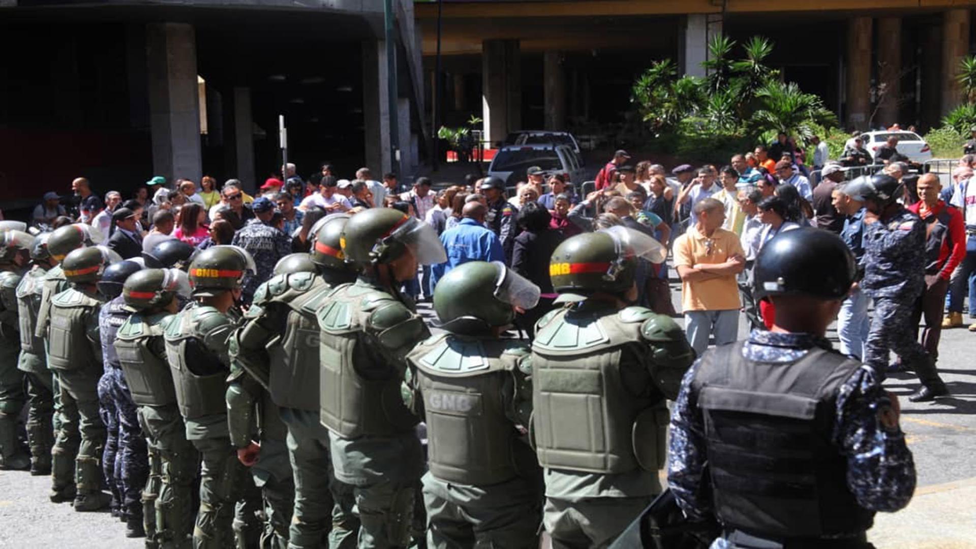 Trabajadores de la Asamblea Nacional protestan exigiendo reivindicaciones laborales