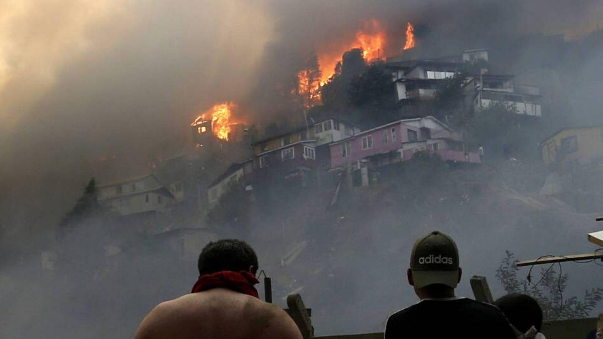 Centenar de viviendas quedan calcinadas por incendio forestal durante Nochebuena en Chile