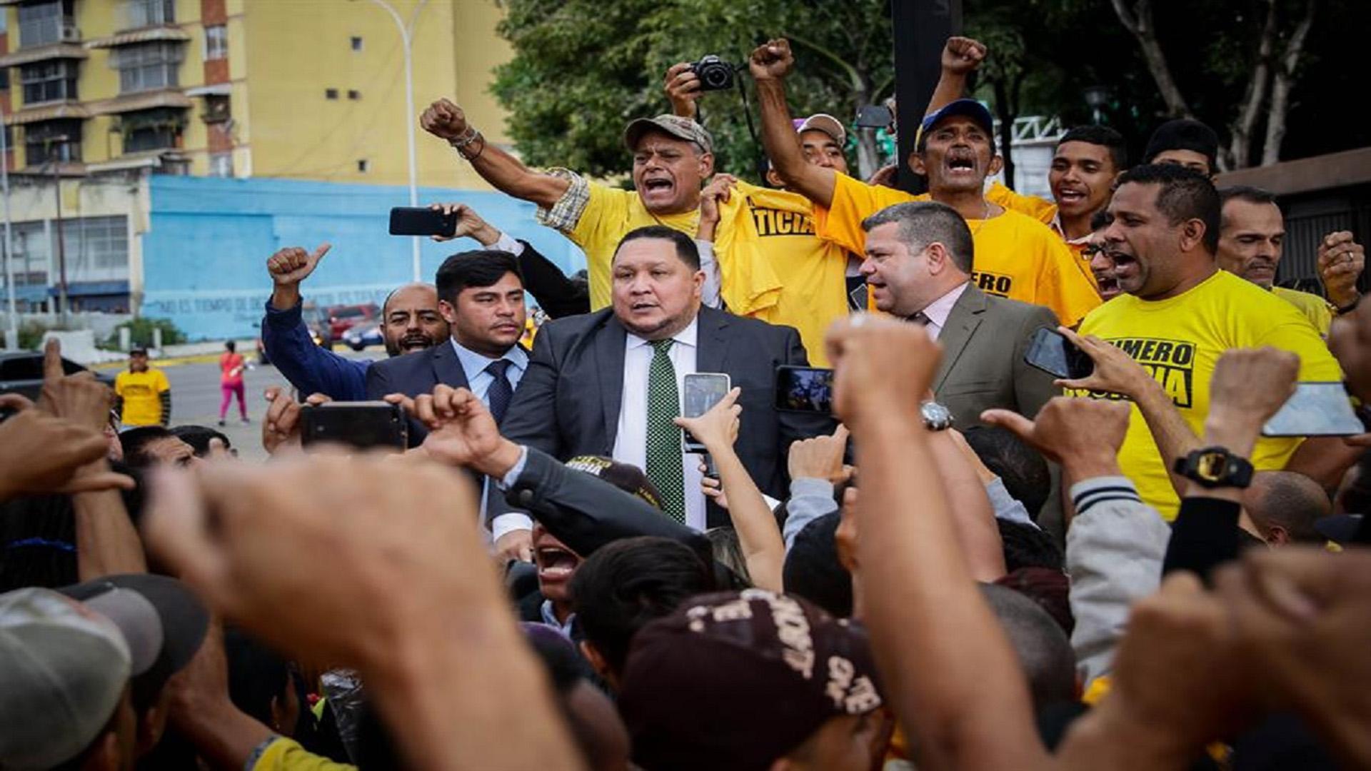 Diputados con apoyo del chavismo quieren la tarjeta del partido que impulsó sus liderazgos